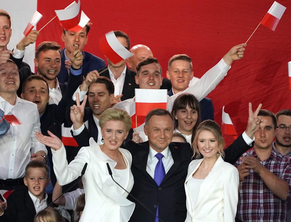7月13日,波蘭國家選舉委員會(NEC)公佈,現任的波蘭總統安德烈·杜達(Andrzej Duda)以微弱的優勢,贏得了總統連任。(JANEK SKARZYNSKI/AFP via Getty Images)