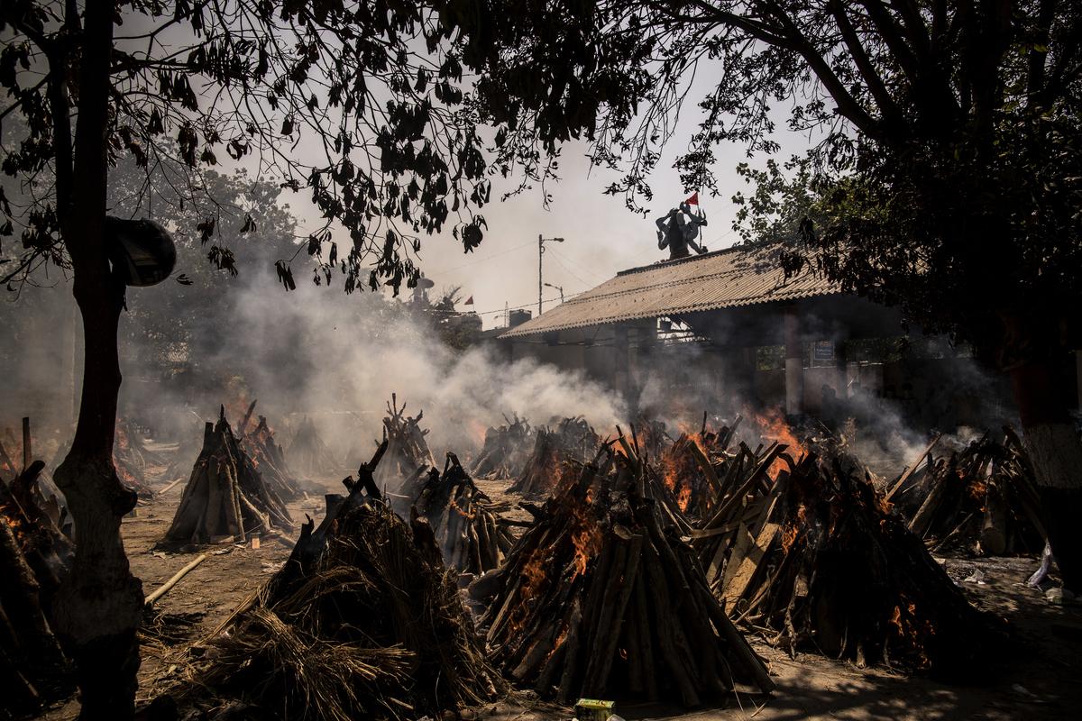 2021年4月24日,印度首都新德里,一個臨時建立的火葬場在火化COVID-19死者。(Anindito Mukherjee/Getty Images)