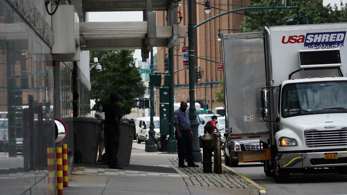 8月6日中午,紐約中領館門前,停有兩輛「USA SHRED」公司的碎紙卡車,門口放有數桶裝滿文件的大型塑料桶。(昇華/大紀元)