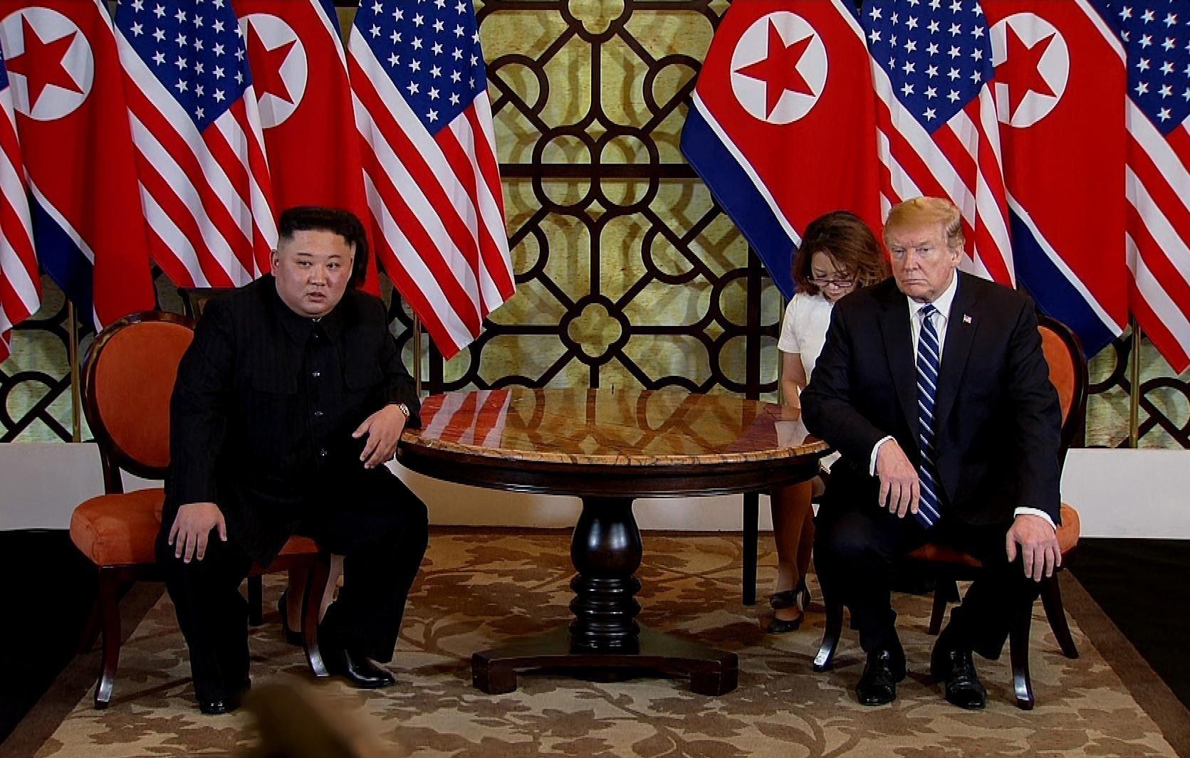 日本亞洲新聞社引述消息稱,4名北韓外交部官員因為第二次特金會失利而被處決。圖為2019年2月28日,美國總統特朗普和北韓領導人金正恩在越南會面。(Vietnam News Agency/Handout/Getty Images)