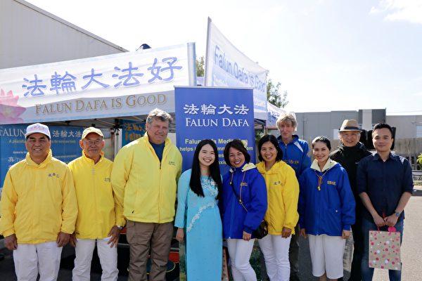 墨爾本Brimbank市副市長阮(Jasmine Nguyen)(左四)很推崇精神世界的昇華。(李奕/大紀元)