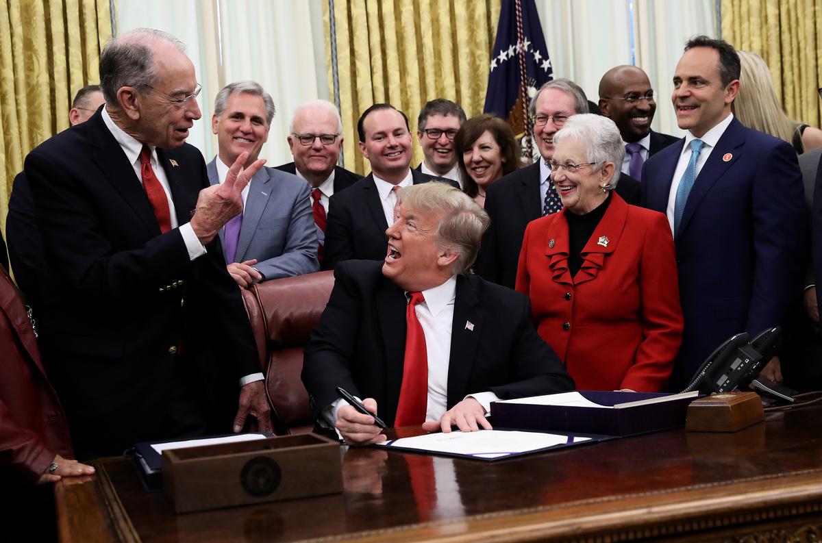美國保守派專欄作家埃裏克·埃裏克森(Erick Erickson)曾經在2016年大選期間宣稱,他「永遠不會選特朗普」,三年過去了,本周一,埃裏克森表示,他將支持特朗普總統於2020年再次當選。圖為2018年12月21日特朗普與議員們在白宮橢圓形辦公室(The Oval Office)。(Win McNamee/Getty Images)