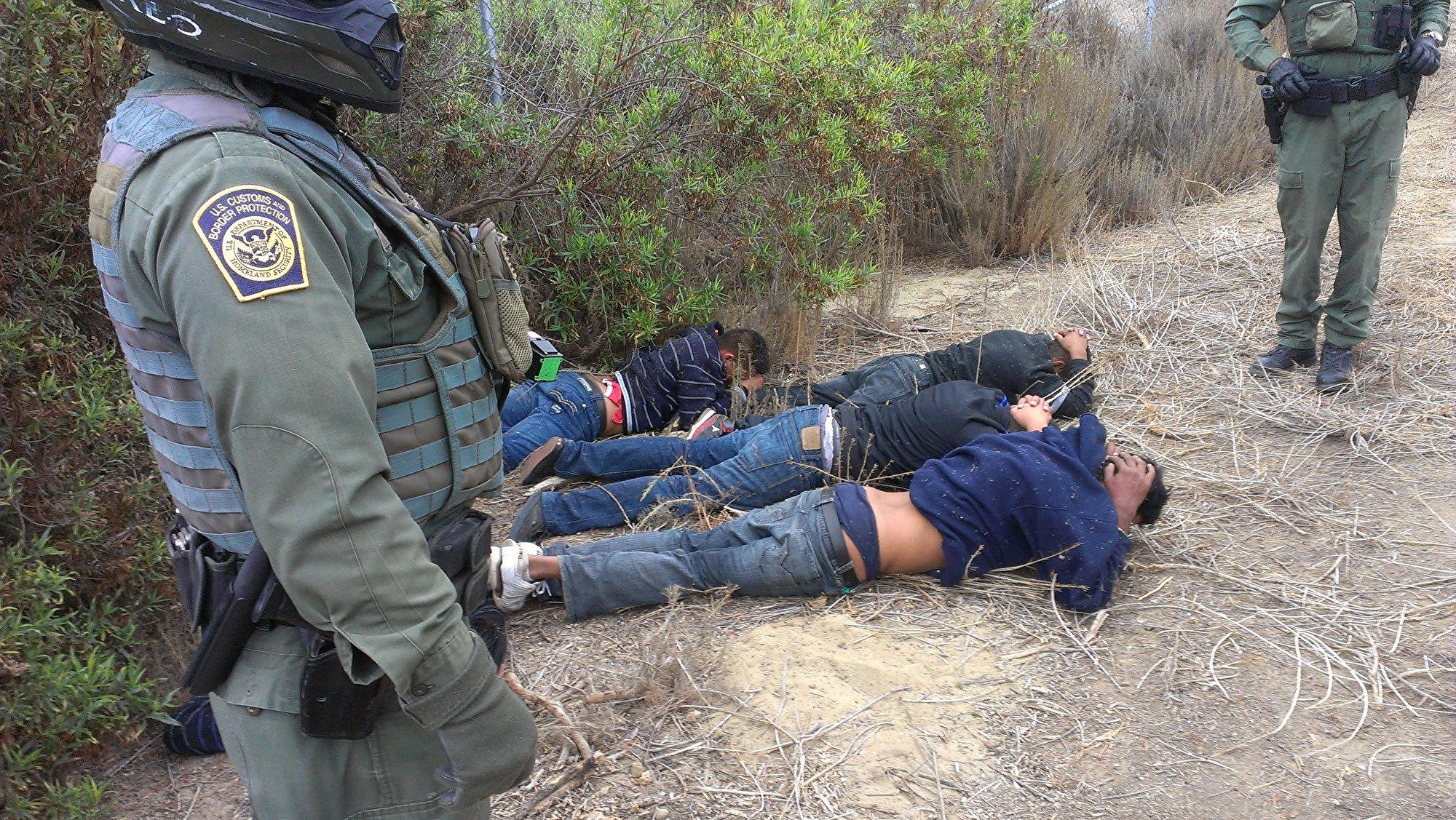 邊境巡邏員截獲的偷渡客。(哈瑞斯提供)