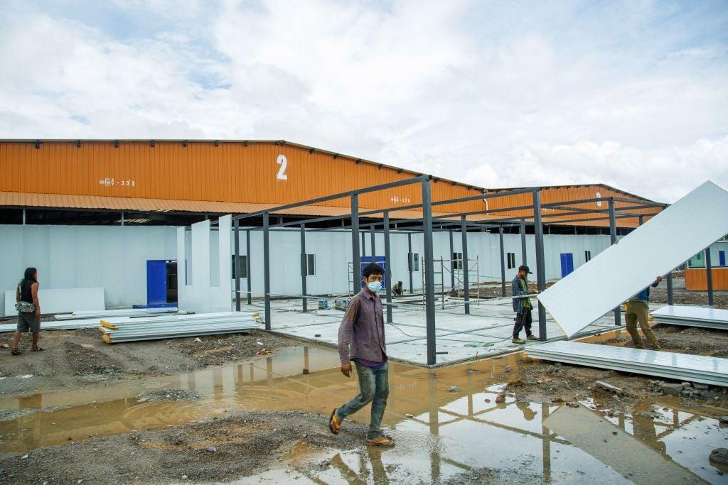 2021年9月3日,在中緬邊境附近的緬甸木姐鎮,工人們正在建造一個新的COVID-19病毒檢疫中心。(STR/AFP via Getty Images)