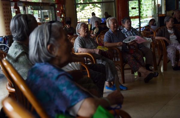 中共的一胎化政策今年早先被廢棄。但是四十年的嚴厲調控導致勞動力萎縮和人口迅速老齡化,給中國的社會服務帶來極大壓力。(GREG BAKER/AFP/Getty Images)