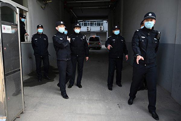 3月19日,加拿大公民斯帕沃爾(Michael Spavor)案件在遼寧丹東中級法院開審。圖為法院處的中共警察。(NOEL CELIS/AFP via Getty Image)