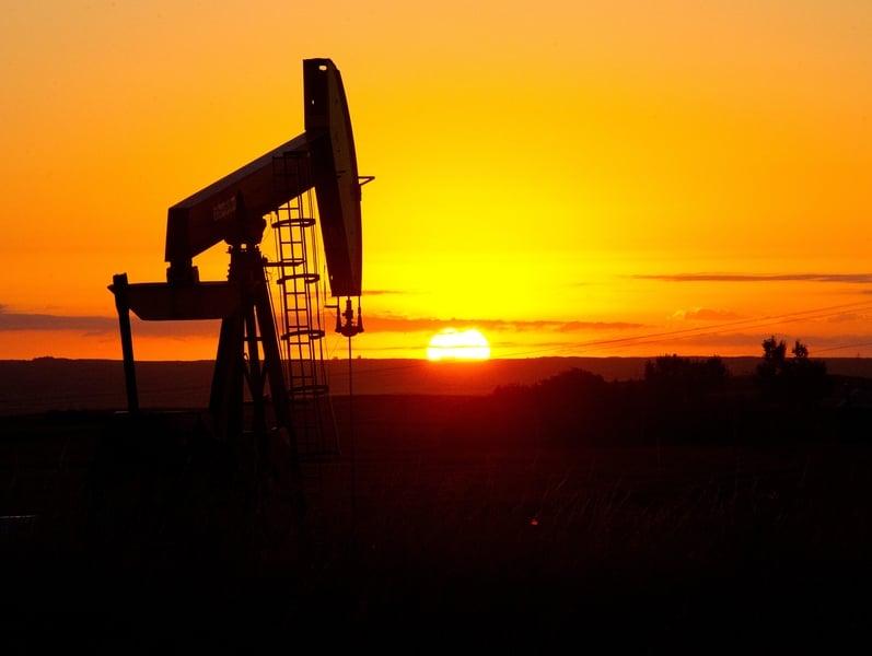 西德州原油(WTI)期貨價格已漲到56美元/桶,回到一年前水平。圖為北達科他州(North Dakota)的石油鑽井平台。(Karen BLEIER/AFP)