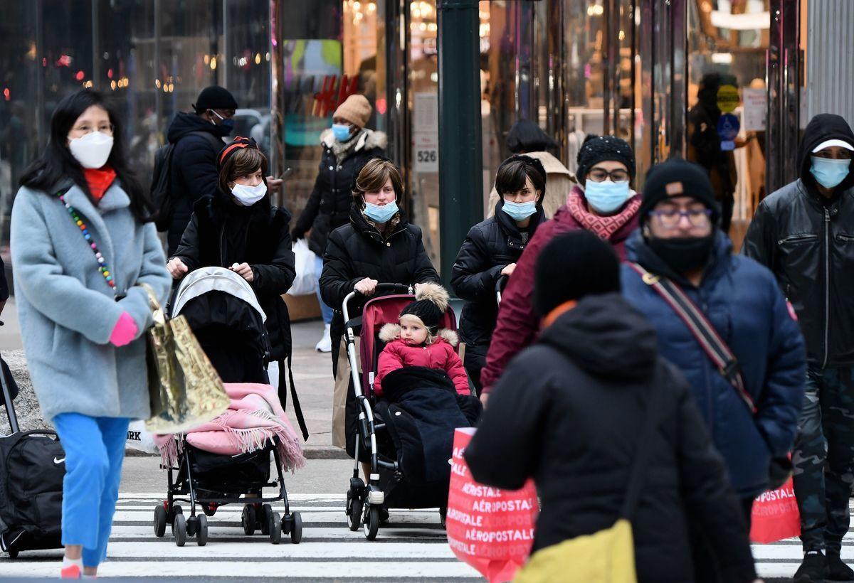 2021年1月5日,中共病毒(俗稱武漢病毒、新冠病毒、COVID-19)疫情有增無減之際,紐約街頭的人們。(ANGELA WEISS/AFP via Getty Images)