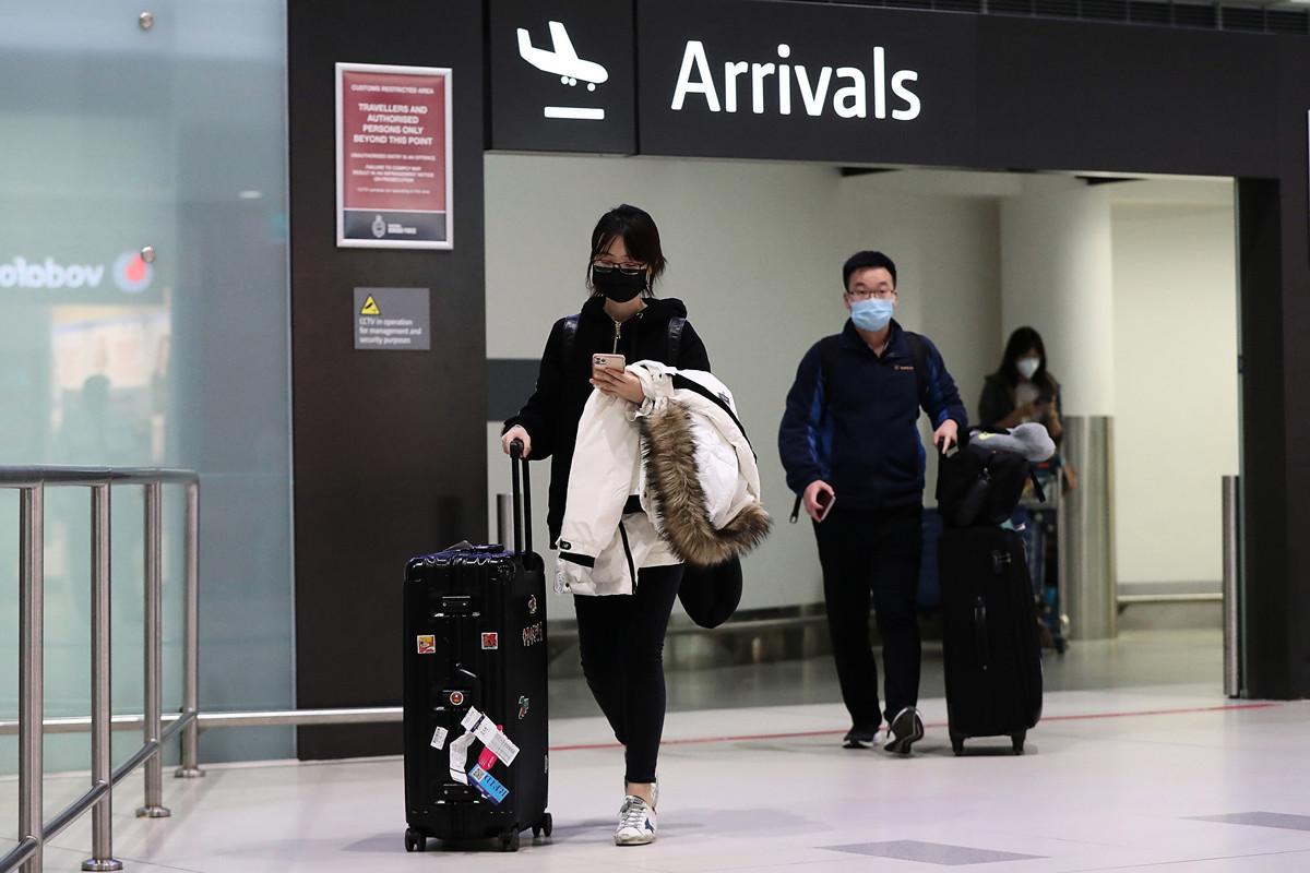 圖為到達澳洲珀斯機場的澳洲華人。(Paul Kane/Getty Images)