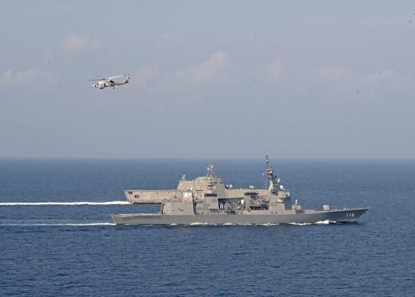 2020年4月2日,美軍濱海戰艦吉福德號(LCS 10,遠處)與日本海上自衛隊的驅逐艦照月號(DD 116,近處)在南海與印度洋之間的安達曼海(ANAMAN SEA)共同演練。(美國印太司令部)
