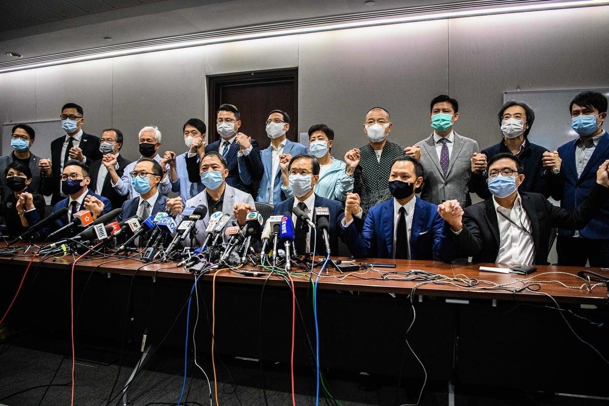 五眼聯盟外長11月18日發表聯合聲明,譴責中共新增規定,剝奪香港議員的議席,認為這是壓制香港自由的新一波行動。圖為香港泛民主派議員在新聞發佈會上表示,若不恢復四名議員資格,將全體總辭。(ANTHONY WALLACE/AFP via Getty Images)