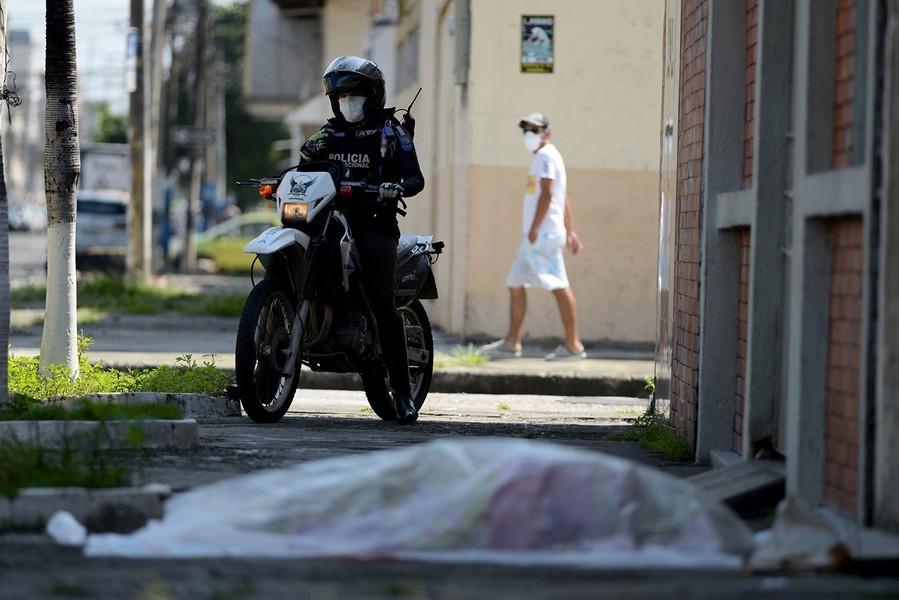民眾無助 街頭燒屍 中共病毒重創厄瓜多爾