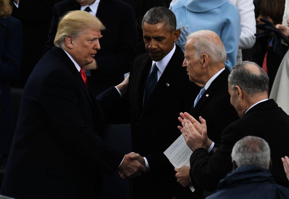 美國總統特朗普(左)在2017年1月20日在美國國會大廈前宣誓就職後與美國前總統奧巴馬(中)和前副總統拜登(右)握手。 (MARK RALSTON/AFP via Getty Images)