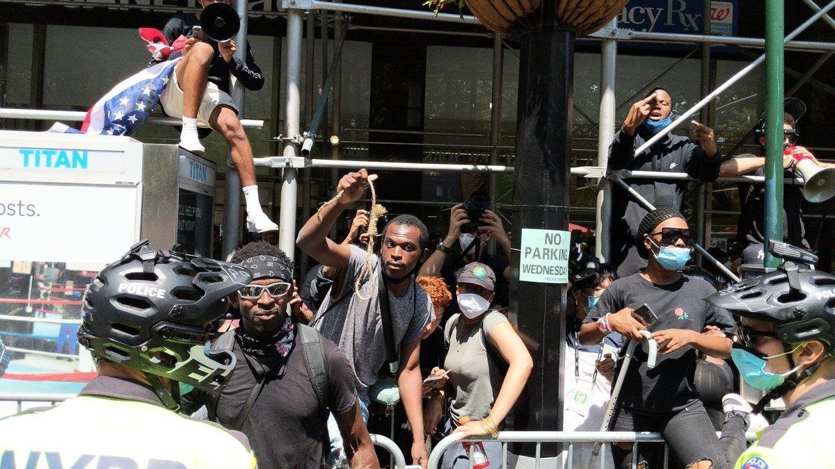 支持BLM的非裔市民以繩索和言語挑釁紐約市警察。(黃小堂/大紀元)