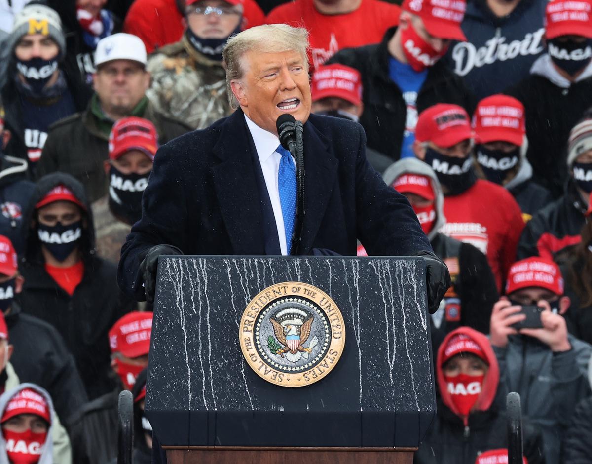 以色列拉比圖爾恩海姆(Rav Meir Turnheim)預測說,美國總統特朗普會順利連任。圖為2020年10月27日,特朗普在密歇根州的造勢大會上發言。(Chip Somodevilla/Getty Images)
