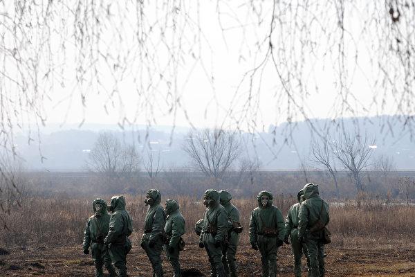 美國和俄羅斯之間的緊張局勢來到冷戰以來的最高點,俄國近日不尋常的七個舉動,似乎在告訴人民要有面對戰爭的準備。(NATALIA KOLESNIKOVA/AFP/Getty Images)