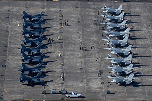 2月8日,美軍在日本基地的F-16戰鬥機在跑道上待命。(美國印太司令部推特)