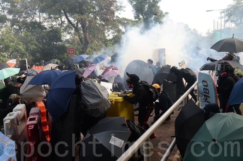 11月12日,在香港中大,防暴警察瘋狂發射催淚彈,學生統計,發現有2000多發彈殼。(宋碧龍/大紀元)