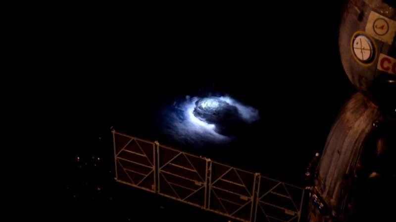 國際太空站首次觀察到直衝雲霄藍色閃電
