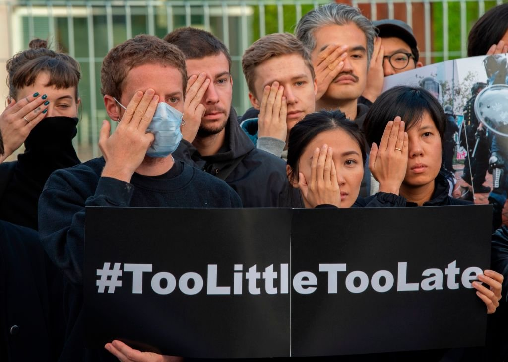 德國總理默克爾訪華前,民眾在政府大樓前集會聲援香港。(PAUL ZINKEN/AFP/Getty Images)