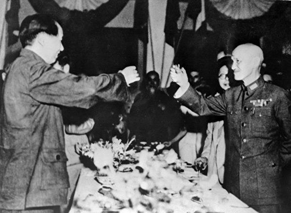 第二次世界大戰結束後,1945年9月1日,毛澤東和蔣中正在重慶相互敬酒。(AFP)