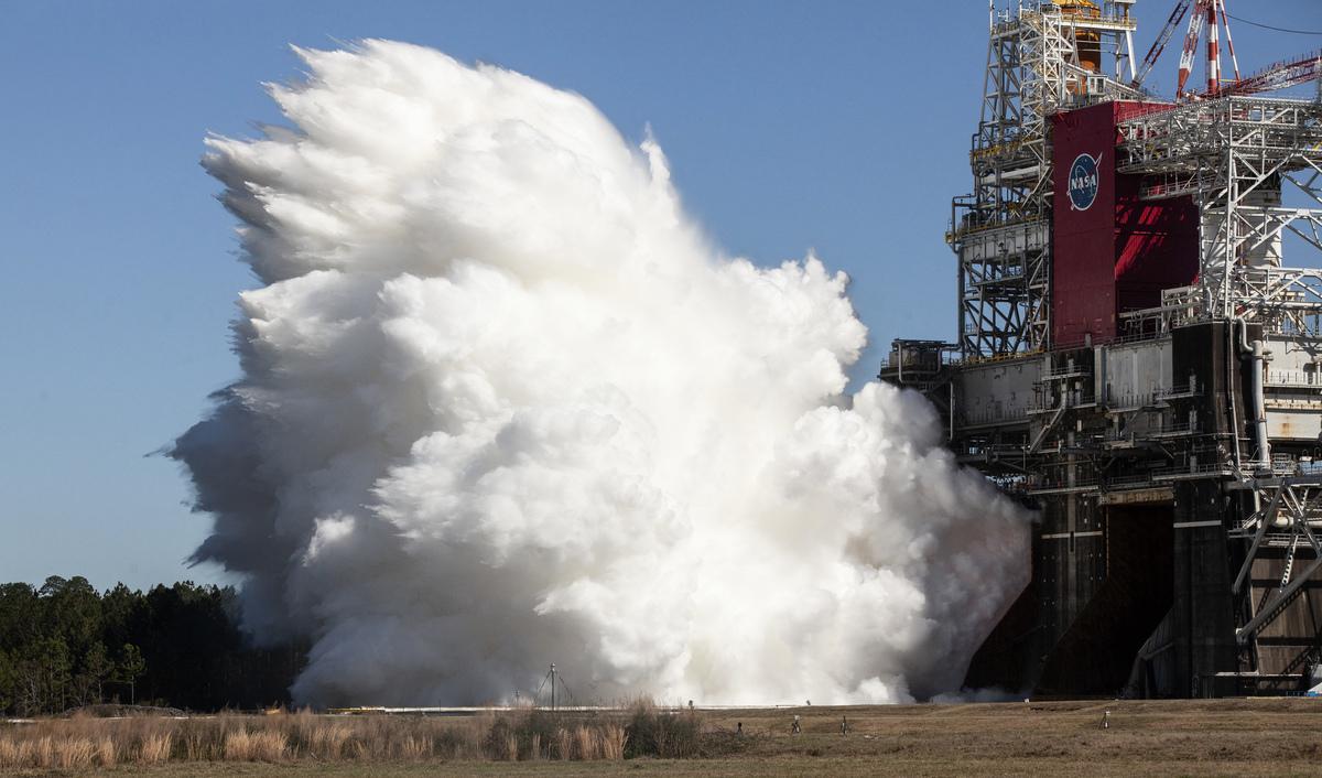 2021年3月18日,美國太空總署(NASA)對其「太空發射系統」(Space Launch System)火箭成功完成關鍵靜態測試,這是該機構重返月球前的一個重要里程碑。(Robert MARKOWITZ/NASA/AFP)