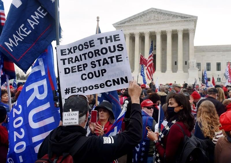 2020年12月12日,美國華盛頓DC,特朗普的支持者聚集在最高法院前,抗議大選舞弊及表達對特朗普總統的支持。(OLIVIER DOULIERY/AFP via Getty Images)