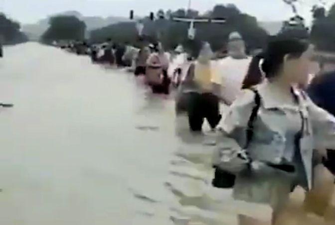 2020年7月20日,安徽省合肥市一中學被淹,師生們涉水撤離。(影片截圖)