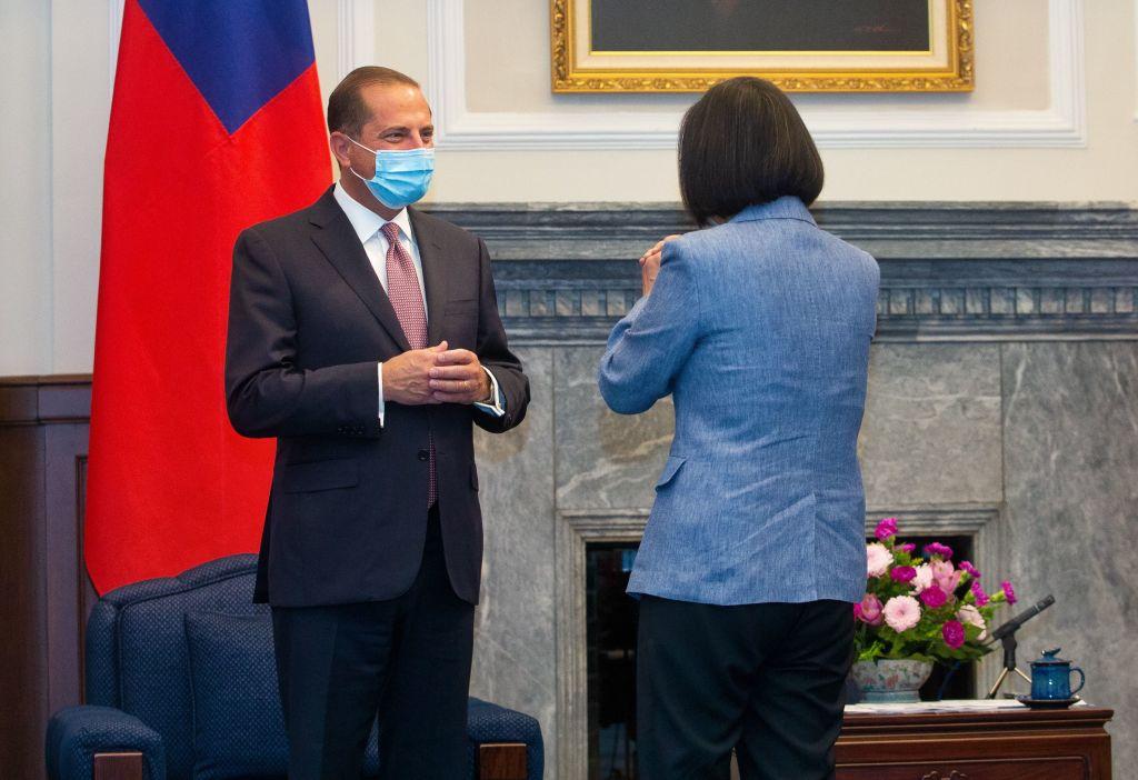 2020年8月10日,台灣總統蔡英文接見了美國衛生部長阿扎爾。(PEI CHEN/POOL/AFP via Getty Images)