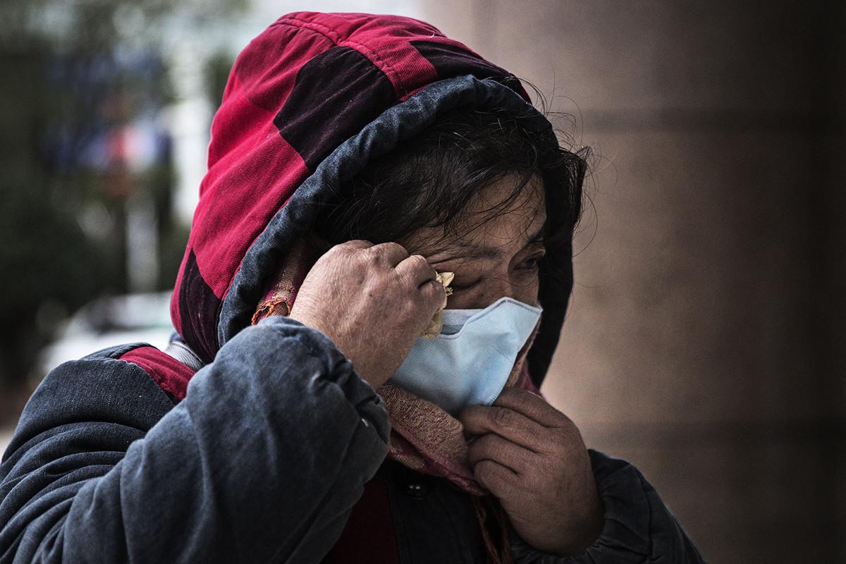 中共肺炎蔓延,許多病人病死家中,家屬亦感染,感到前景無望。示意圖。(Getty Images)
