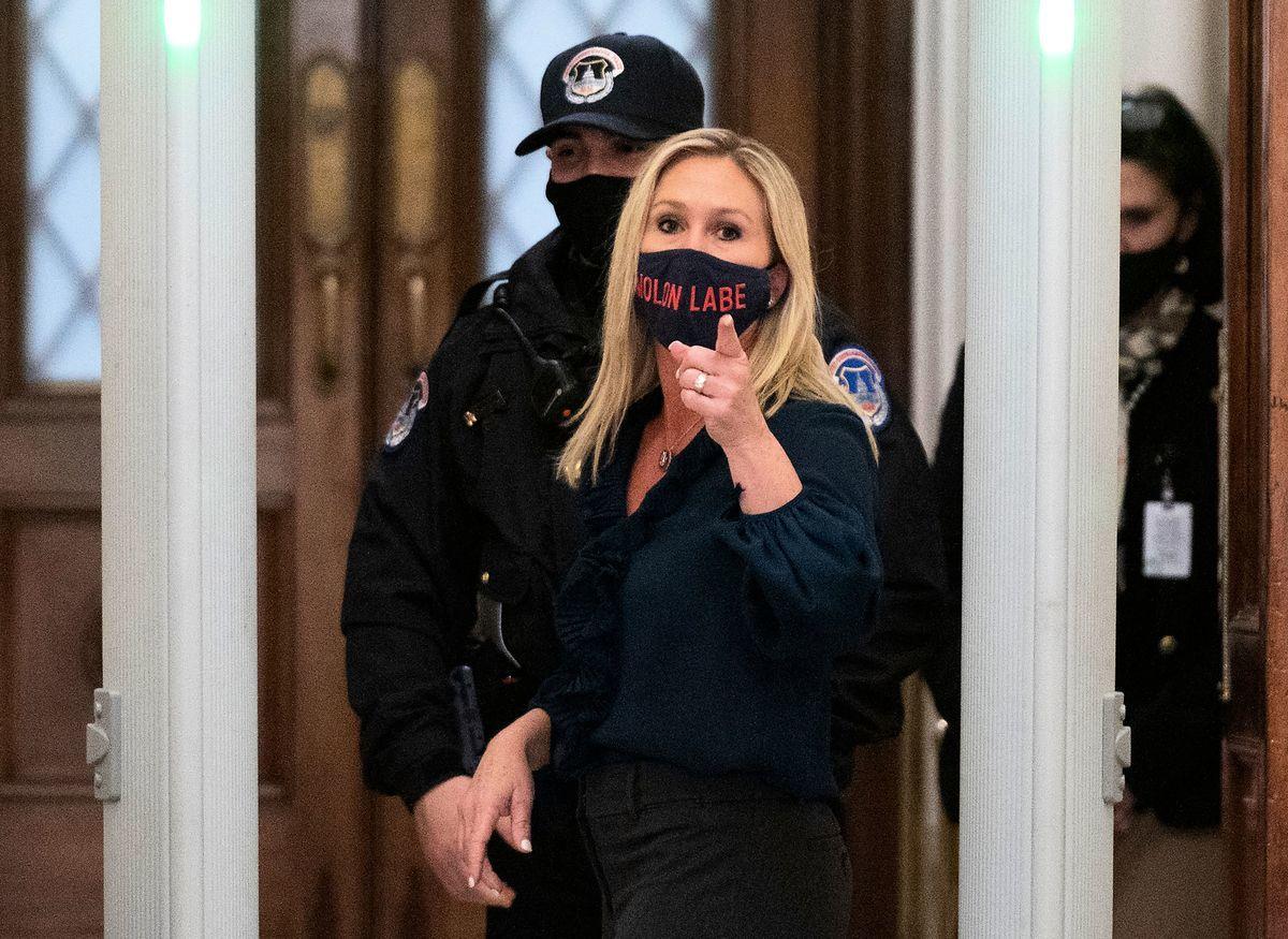圖為美國聯邦眾議員瑪喬麗·泰勒·格林(Marjorie Taylor Greene)1月12日通過國會安檢時,忍不住與記者爭辯。(ANDREW CABALLERO-REYNOLDS/AFP via Getty Images)