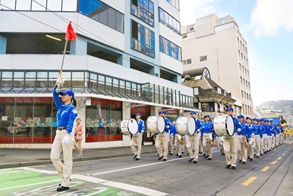 法輪功學員在威靈頓市中心遊行。(譚鑫/大紀元)