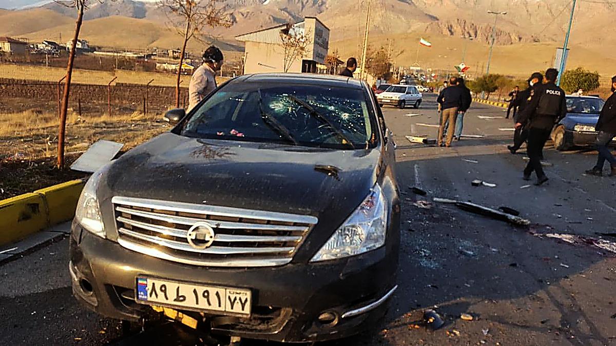 伊朗媒體報道,襲擊者先用炸彈炸毀莫桑.法赫里扎德(Mohsen Fakhrizadeh)汽車,然後向車內開槍。(IRIB NEWS AGENCY / AFP)