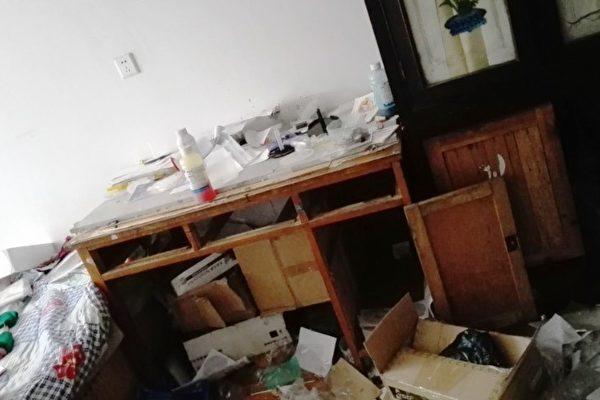 中共公安警察對法輪功學員進行非法抄家。(明慧網)