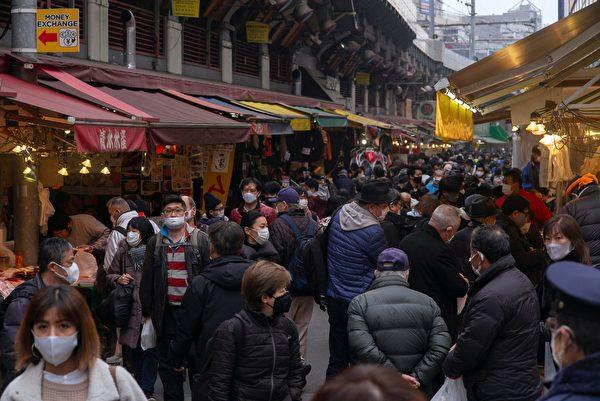 2020年12月29日,日本東京上野,購物街大部份民眾戴著口罩。(KAZUHIRO NOGI/AFP via Getty Images)