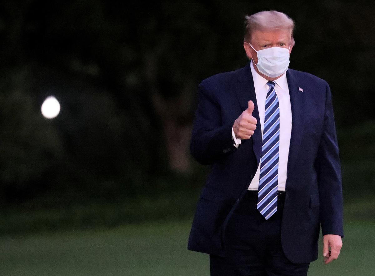 2020年10月5日,美國華盛頓特區,特朗普總統搭乘總統專用直升機從沃爾特·里德國家軍事醫學中心返回白宮後,他做出豎起大拇指手勢。(Win McNamee/Getty Images)