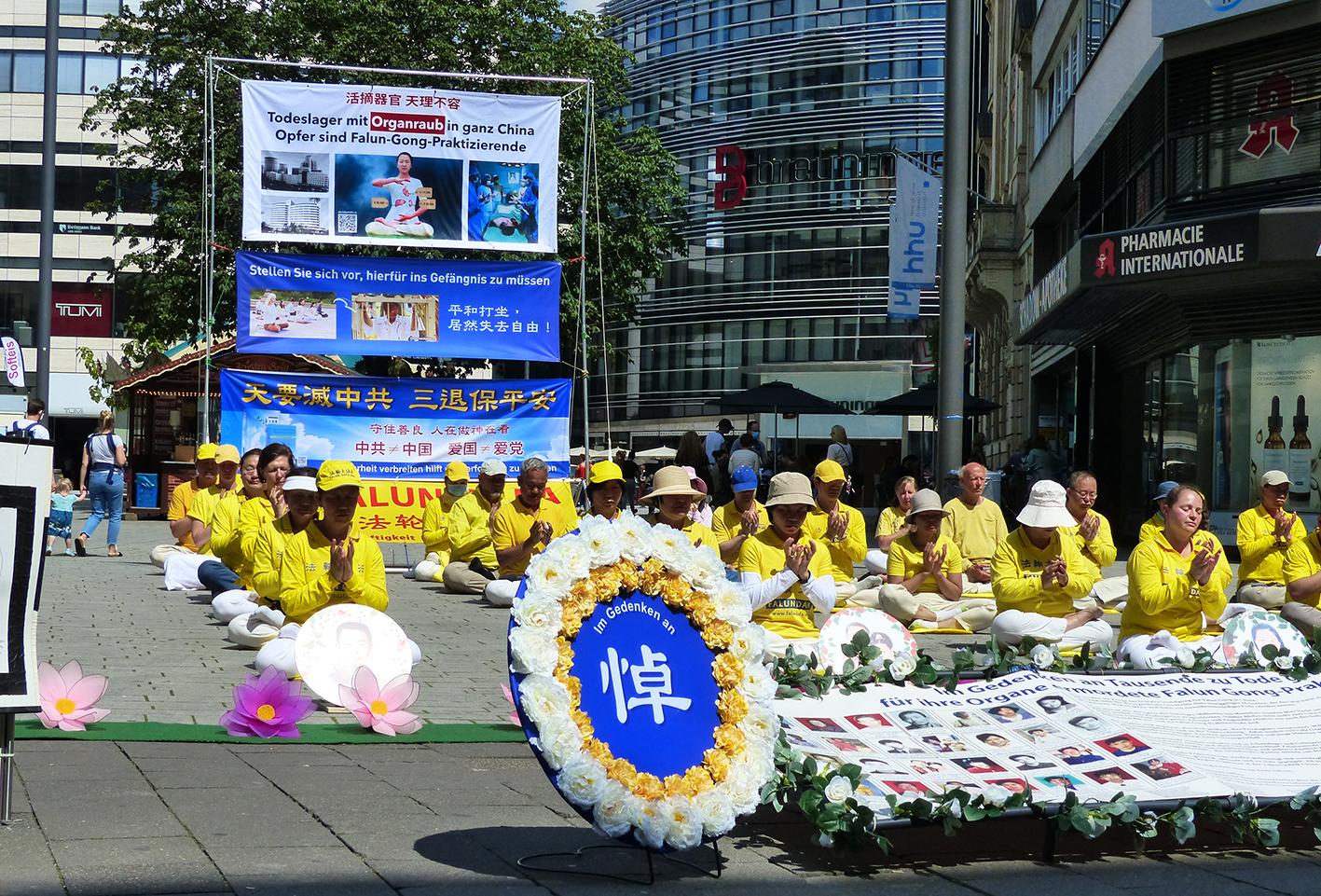 2020年7月18日,德國部份法輪功學員在杜塞爾多夫舉行活動,抗議中共對法輪功學員的迫害持續21年,有州議會議員到場發言。(莫凌、Anh Hoang/大紀元)