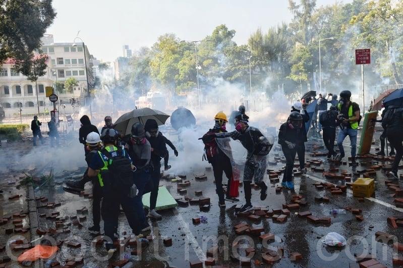 2019年11月17日下午,香港理工大學現場,防暴警察出動兩架水炮車、一架裝甲車清場,同時發射催淚彈。(孫明國/大紀元)