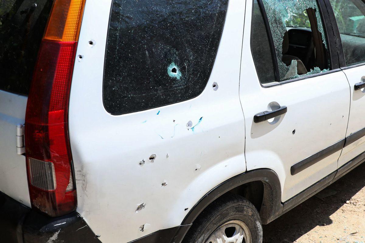 2021年7月7日,在海地首都太子港,總統府外的一輛汽車上到處是彈孔,窗玻璃也被打碎。海地臨時總理當天宣佈,總統莫伊茲(Jovenel Moise)當天凌晨在其家中遇刺身亡,第一夫人受傷。(VALERIE BAERISWYL/AFP via Getty Images)