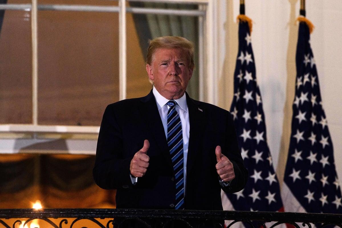 2020年10月7日傍晚,美國總統特朗普在推特上發佈一段影片,再次談到自己感染中共病毒的經歷,以及自己目前感覺很好。圖為10月5日,特朗普從沃爾特·里德國家軍事醫療中心返回白宮時豎起拇指。(NICHOLAS KAMM/AFP)