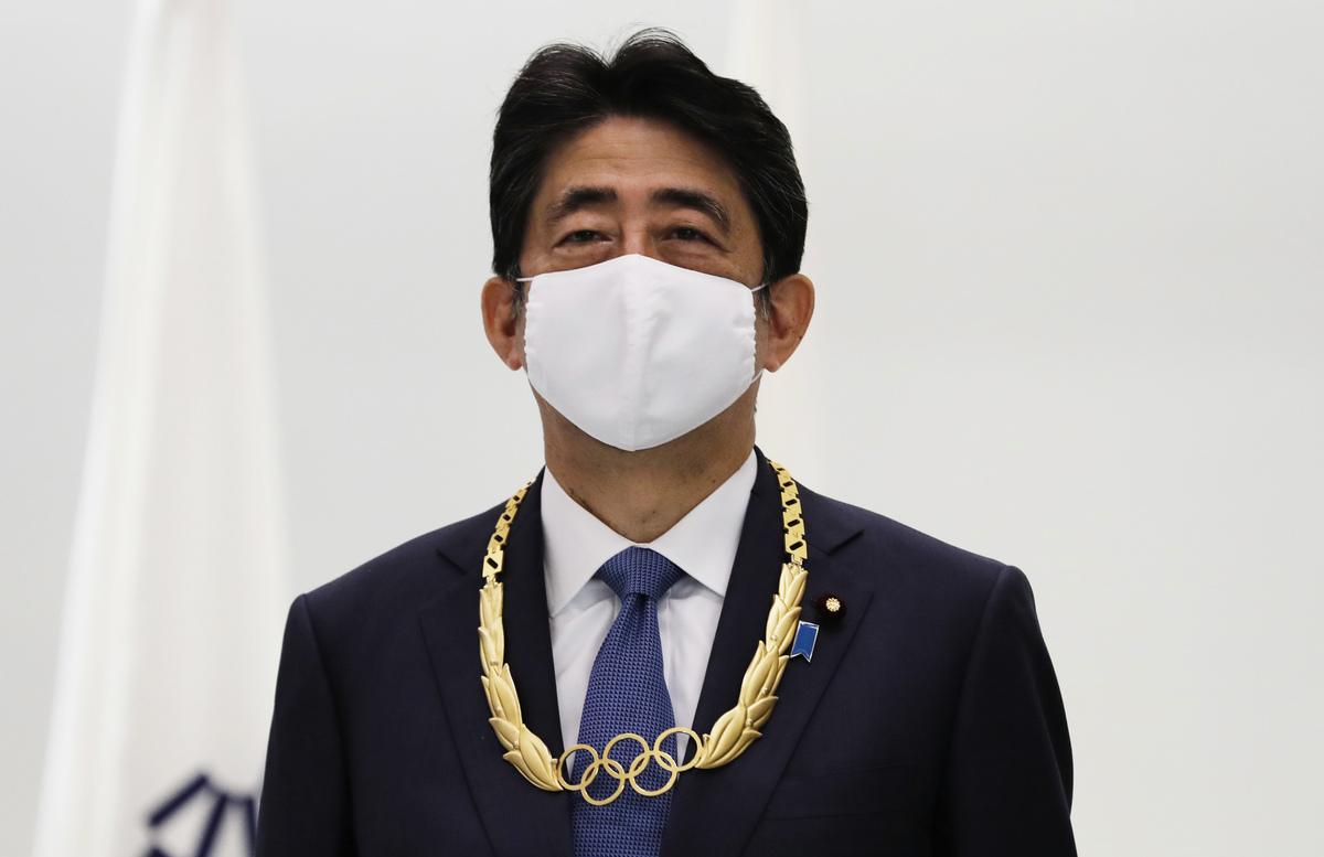 2020年11月16日,日本東京,前首相安倍晉三獲贈奧林匹克勛章(Olympic Order)。(Kim Kyung-Hoon-Pool/Getty Images)