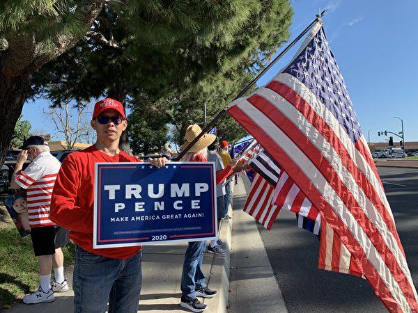 1月2日,超過百位民眾在加州橙縣柏樹市(Cypress)舉行抵制竊選的集會,支持特朗普。(姜琳達/大紀元)