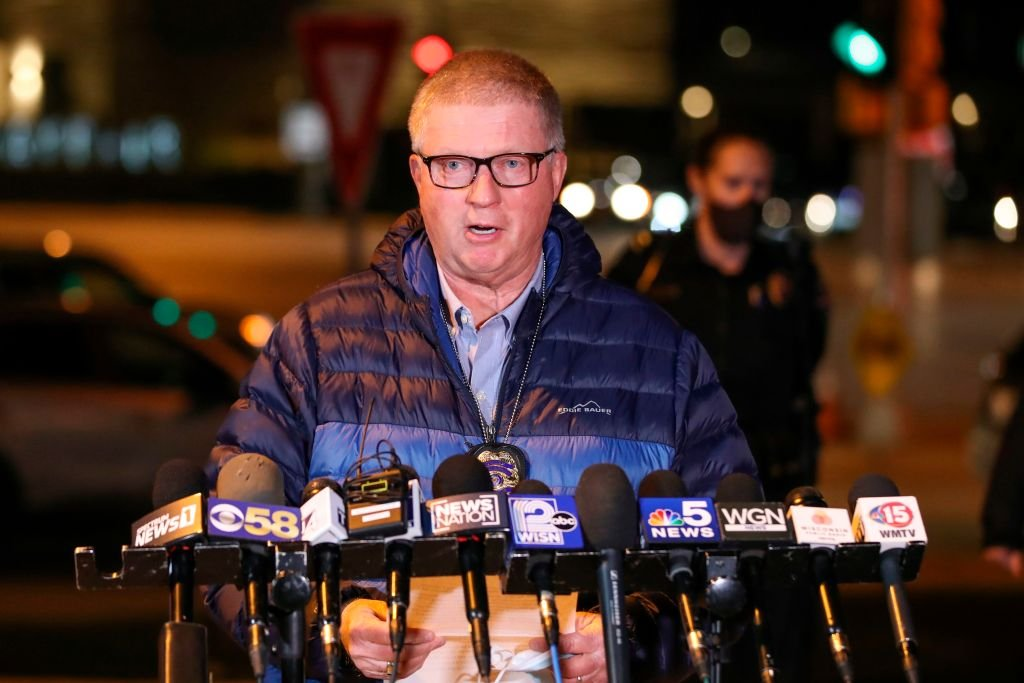 美國威斯康辛州沃瓦托薩市警察局長巴里‧韋伯(Barry Weber)提供了2020年11月20日在Mayfair購物商場發生的槍擊事件的最新消息。受害者被送往醫院,但沒有死亡報告。(KAMIL KRZACZYNSKI/AFP via Getty Images)