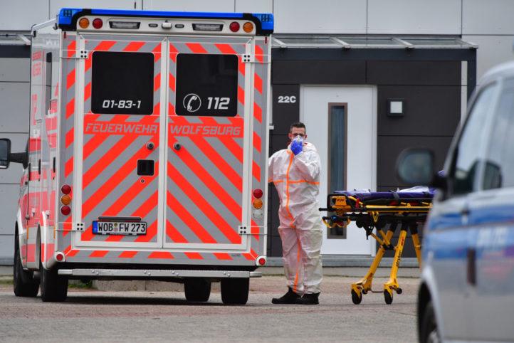 近日,德國下薩克森州兩家養老院爆發群聚感染,其中一家養老院有15人感染中共病毒死亡。圖為3月29日醫護人員在這家養老院附近工作的情景。(Alexander Koerner/Getty Images)