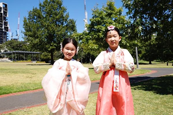 法輪大法小弟子樸多惠(右)和她的妹妹。(李奕/大紀元)