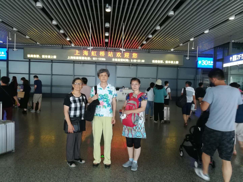 上海訪民感嘆維權路上苦,上訪一二十年問題仍得不到解決。(左一黃月華、中間孫洪琴、右一萬文英)(受訪者提供)