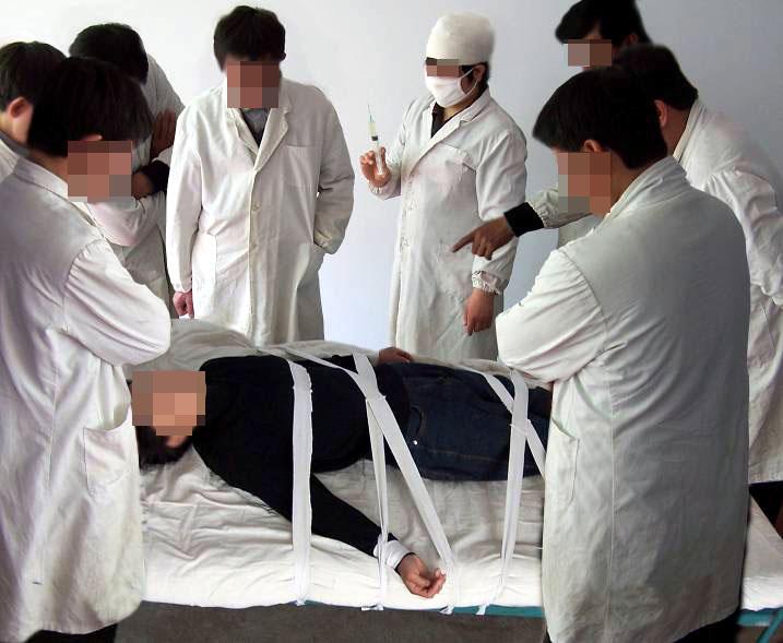 中共酷刑演示圖:打毒針(注射不明藥物)。(明慧網)