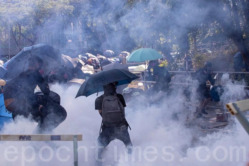 港人反送中運動期間,中共公安部部長會見港警警隊「新一哥」引外界關注。圖為11月11日,香港中文大學學生拒絕警察進入校園,警察向學生發射催淚彈並拘捕學生,現場恍如戰場。(余鋼/大紀元)