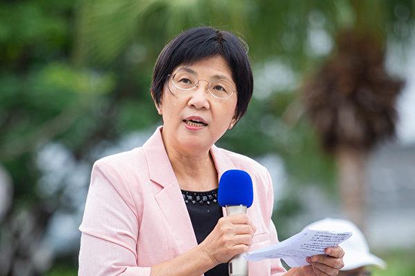 為紀念「4.25和平上訪」,台灣部份法輪功學員近千人4月25日在台北市政府前舉行記者會。圖為台灣法輪大法學會理事長張錦華致詞。(陳柏州/大紀元)
