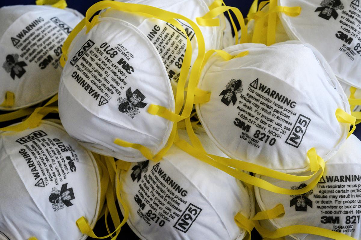 美國議員爆料,中共以10億個口罩為條件,要求法國接收華為打造該國5G網絡。(Mladen ANTONOV/ AFP)